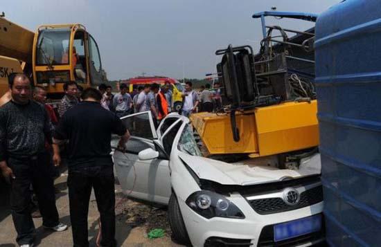 Γερανός προσγειώθηκε πάνω σε αυτοκίνητο (2)