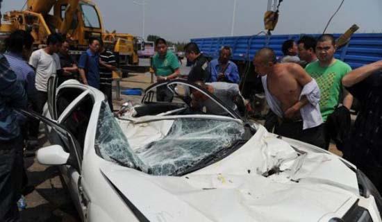 Γερανός προσγειώθηκε πάνω σε αυτοκίνητο (4)