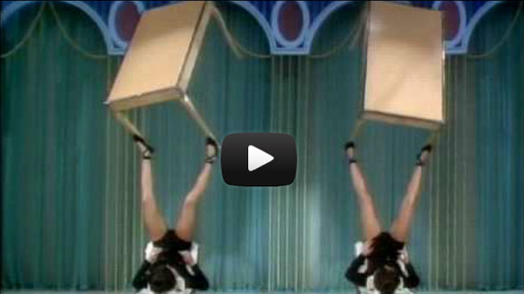 Δύο γυναίκες κάνουν απίστευτα ζογκλερικά με τραπέζια χρησιμοποιώντας τα πόδια τους