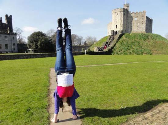 Κοπέλα κάνει κατακόρυφο κάθε μέρα για καλό σκοπό (6)