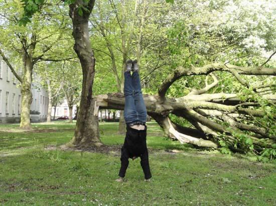 Κοπέλα κάνει κατακόρυφο κάθε μέρα για καλό σκοπό (15)