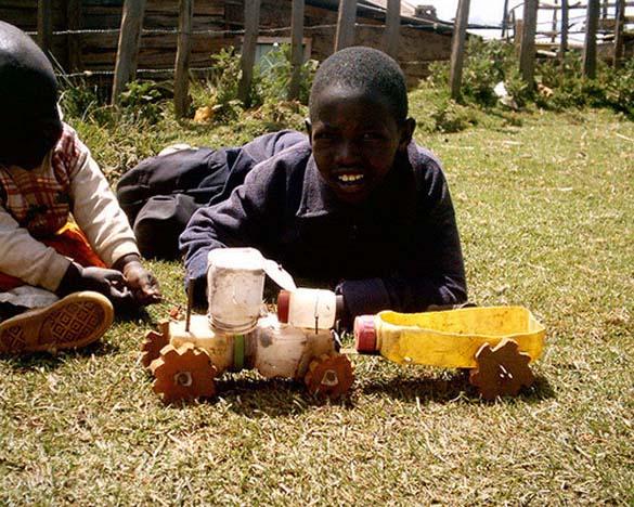 Τα παιδιά της Αφρικής δεν χρειάζονται ακριβά παιχνίδια (2)