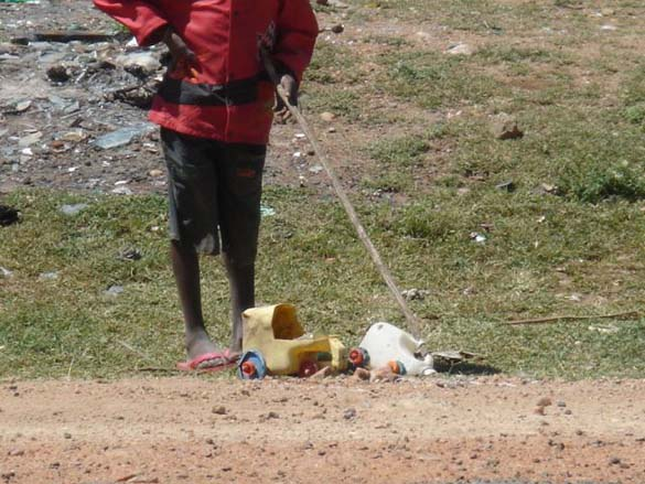 Τα παιδιά της Αφρικής δεν χρειάζονται ακριβά παιχνίδια (6)