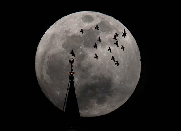 Εντυπωσιακές φωτογραφίες από τη χθεσινή «Super Πανσέληνο» (22)