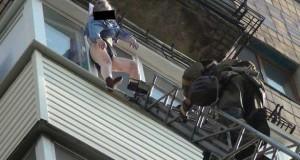 74χρονη σώθηκε από το φόρεμα της ενώ έπεφτε από τον 8ο όροφο (Video)