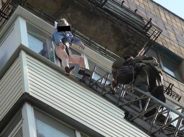 74χρονη σώθηκε από το φόρεμα της ενώ έπεφτε από τον 8ο όροφο