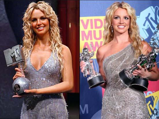Διάσημοι φωτογραφίζονται με τα κέρινα ομοιώματα τους (11)