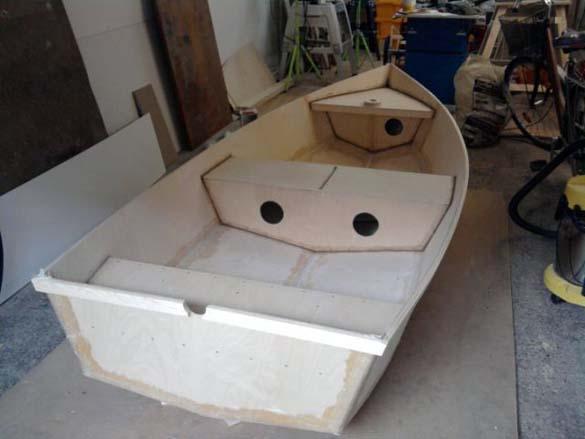 Έφτιαξε μόνος του ιστιοπλοϊκό σκάφος στο σπίτι (1)