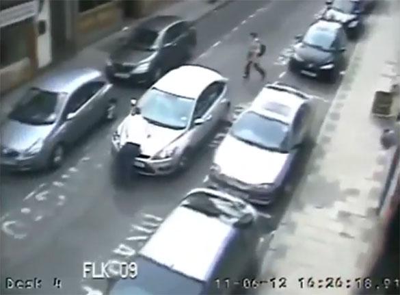Ξέφρενη γυναίκα οδηγός παρασύρει άνθρωπο