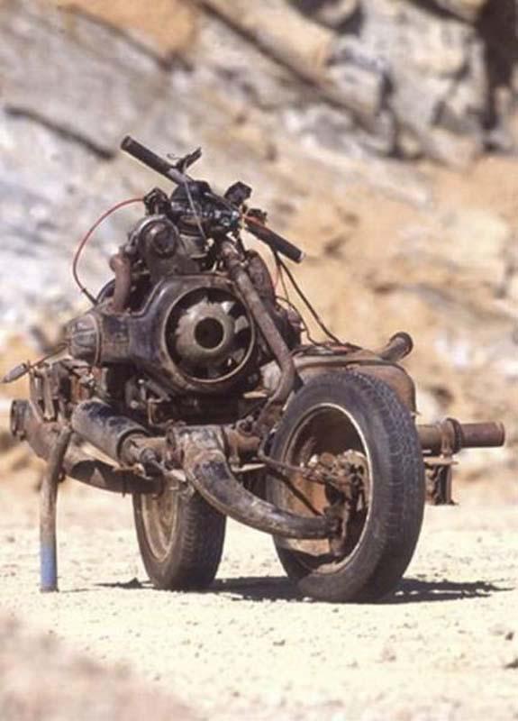 Μετέτρεψε το αυτοκίνητο του σε μοτοσυκλέτα για να επιβιώσει (3)
