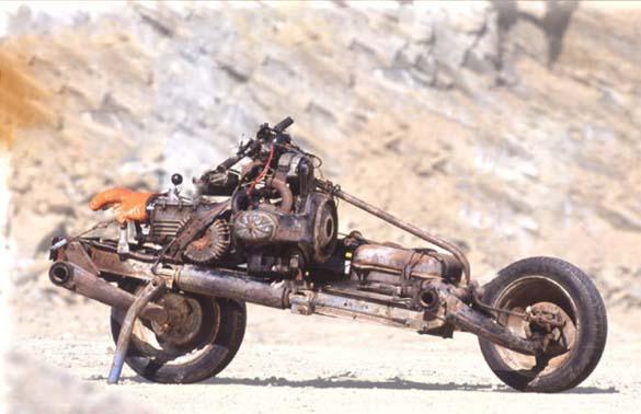 Μετέτρεψε το αυτοκίνητο του σε μοτοσυκλέτα για να επιβιώσει (4)