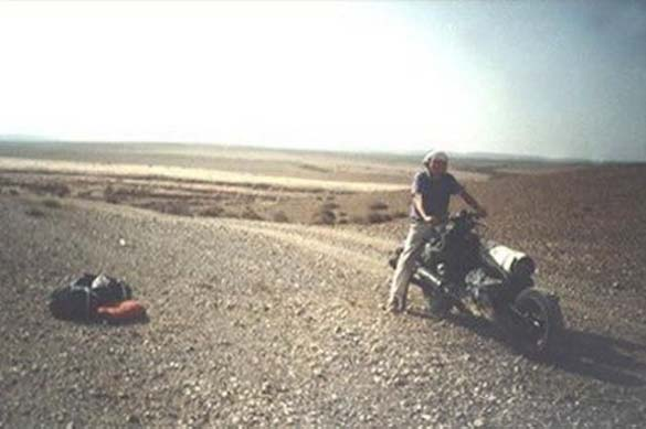 Μετέτρεψε το αυτοκίνητο του σε μοτοσυκλέτα για να επιβιώσει (6)