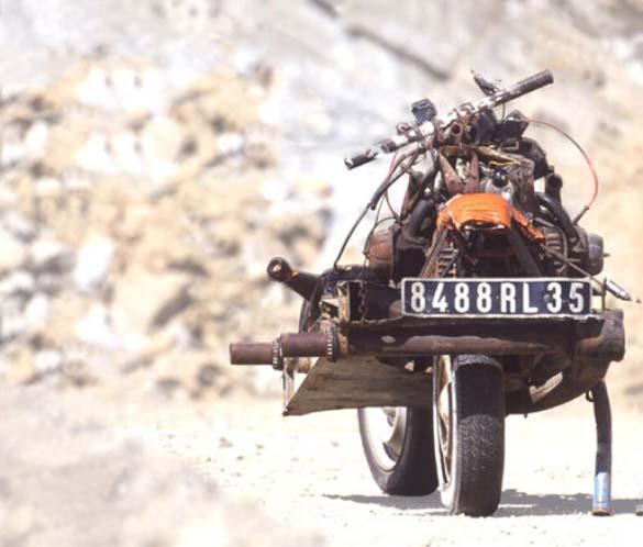 Μετέτρεψε το αυτοκίνητο του σε μοτοσυκλέτα για να επιβιώσει (8)