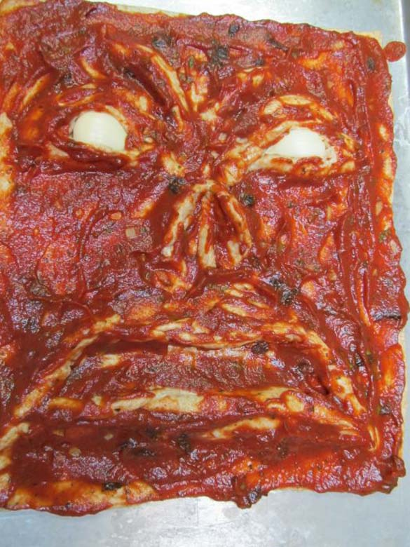 Μια πίτσα που... τρομάζει! (2)