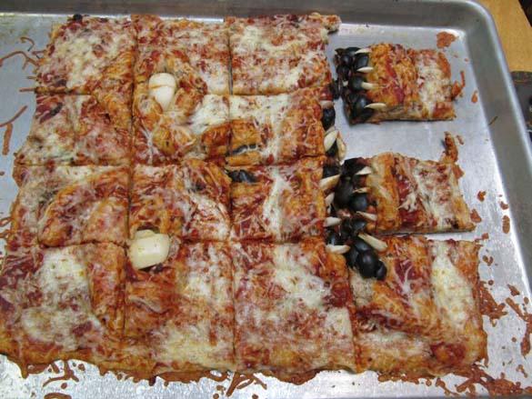 Μια πίτσα που... τρομάζει! (6)