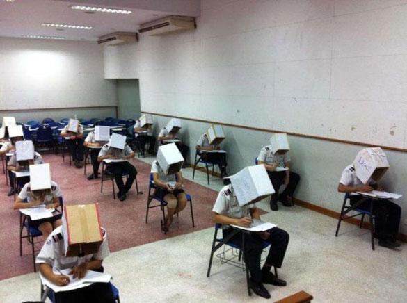 Περίεργος τρόπος για να μην υπάρχει αντιγραφή στις εξετάσεις | Φωτογραφία της ημέρας