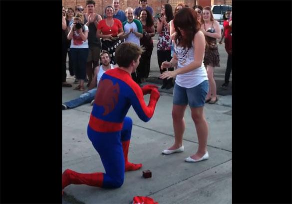 Πρόταση γάμου από τον Spiderman