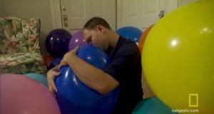 27χρονος είναι αθεράπευτα ερωτευμένος με… μπαλόνια! (Video)