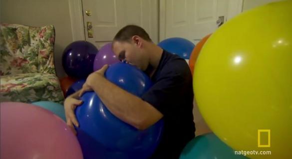 27χρονος είναι αθεράπευτα ερωτευμένος με... μπαλόνια