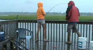 Κι εκεί που ψάρευε ανέμελη… συνέβη το απίστευτο! (Video)