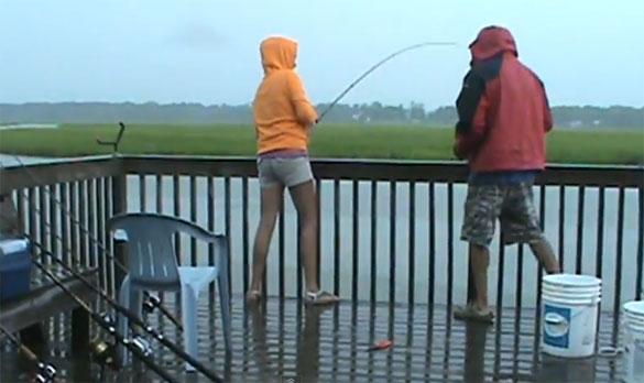 Κι εκεί που ψάρευε ανέμελη... συνέβη το απίστευτο!