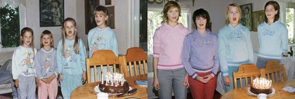4 αδερφές αναπαράγουν φωτογραφίες της παιδικής τους ηλικίας (15)
