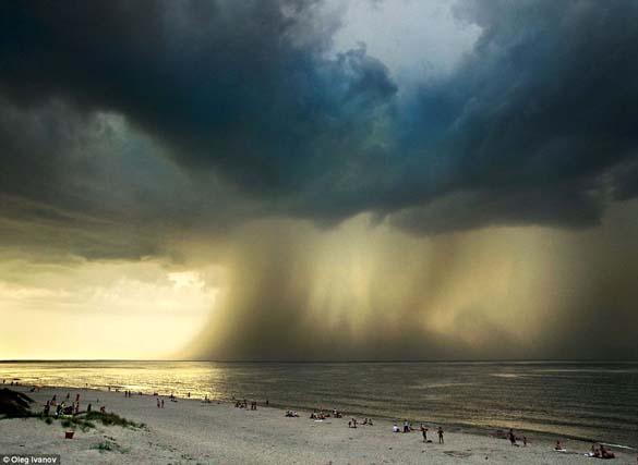 Κολοσσιαία καταιγίδα σε παραλία της Ρωσίας (1)