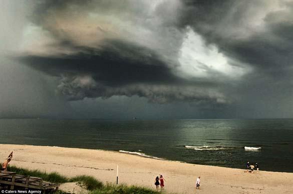 Κολοσσιαία καταιγίδα σε παραλία της Ρωσίας (2)