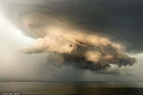 Κολοσσιαία καταιγίδα σε παραλία της Ρωσίας (5)