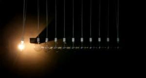 Η «Κούνια του Νεύτωνα» σε μια απίστευτα εντυπωσιακή παραλλαγή με φως (Video)