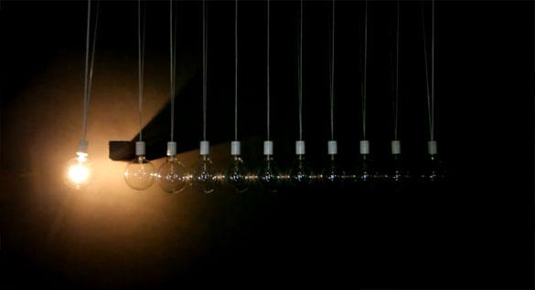 Η «Κούνια του Νεύτωνα» σε μια απίστευτα εντυπωσιακή παραλλαγή με φως