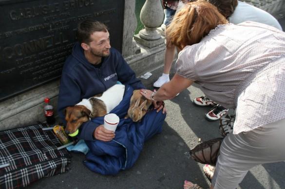 Το κουνέλι και ο άστεγος | Φωτογραφία της ημέρας