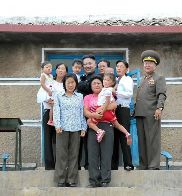 Μια οικογένεια φωτογραφίζεται με τον μεγάλο αρχηγό | Φωτογραφία της ημέρας