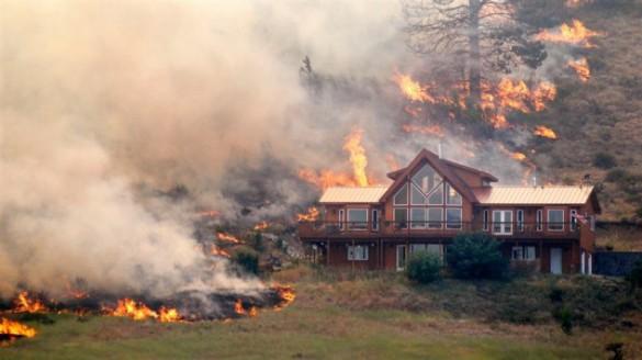 Ένα σπίτι περικυκλωμένο από τις φλόγες... (1)