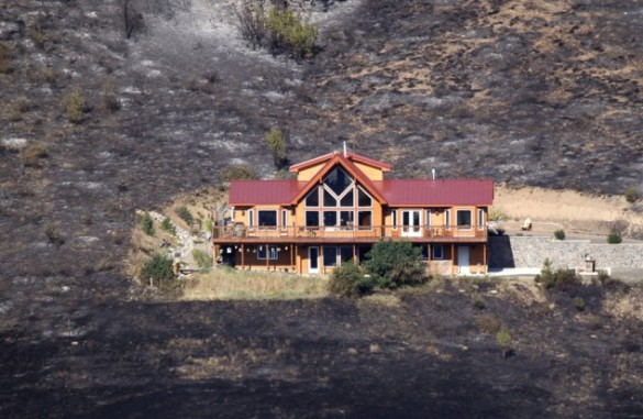 Ένα σπίτι περικυκλωμένο από τις φλόγες... (2)