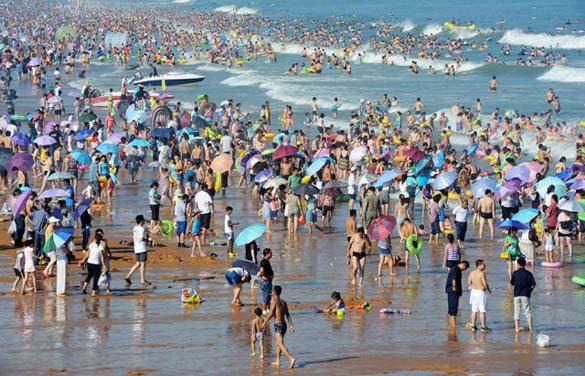 Μια ζεστή μέρα σε παραλία της Κίνας... (1)