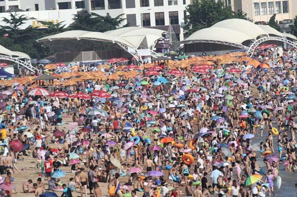 Μια ζεστή μέρα σε παραλία της Κίνας... (3)