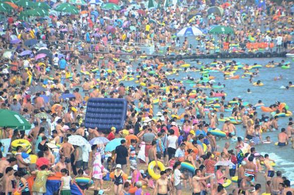Μια ζεστή μέρα σε παραλία της Κίνας... (9)