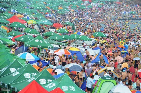 Μια ζεστή μέρα σε παραλία της Κίνας... (12)