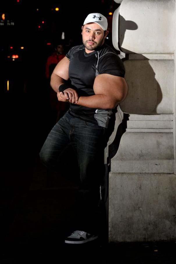 Ο άνδρας με τους μεγαλύτερους δικέφαλους μυς στον κόσμο (2)