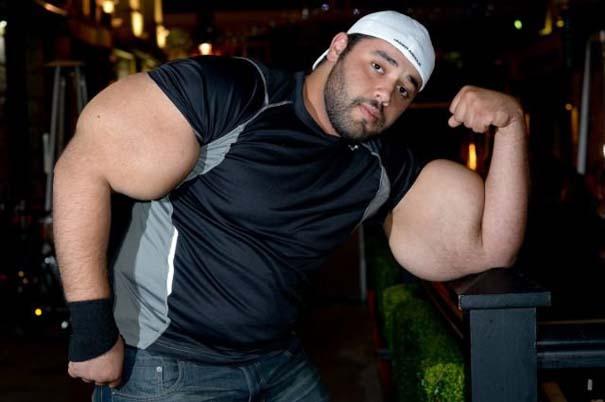Ο άνδρας με τους μεγαλύτερους δικέφαλους μυς στον κόσμο (3)