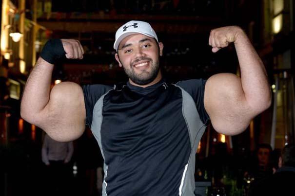 Ο άνδρας με τους μεγαλύτερους δικέφαλους μυς στον κόσμο (6)