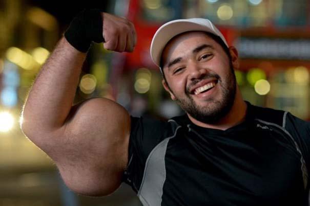 Ο άνδρας με τους μεγαλύτερους δικέφαλους μυς στον κόσμο (10)