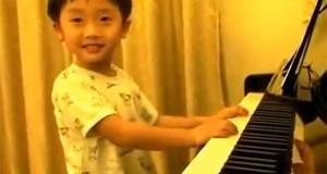 Εκπληκτικός πιανίστας 4 ετών (Video)
