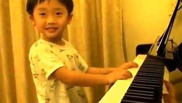 Εκπληκτικός πιανίστας 4 ετών