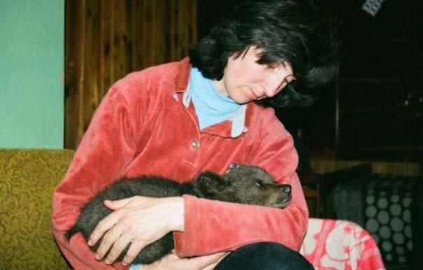 Γυναίκα από τη Λετονία μεγαλώνει αρκούδα μαζί με τα παιδιά της (1)