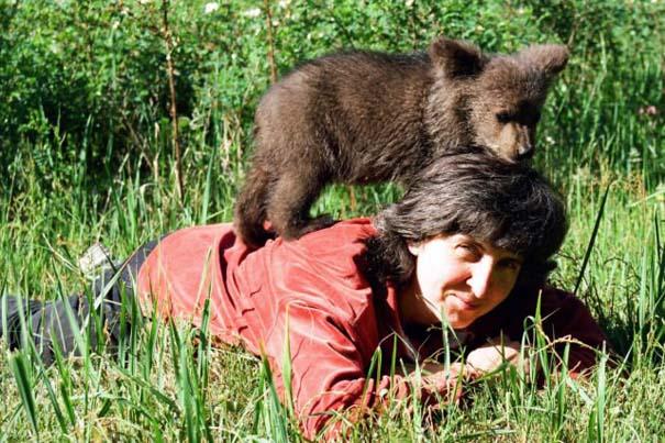 Γυναίκα από τη Λετονία μεγαλώνει αρκούδα μαζί με τα παιδιά της (7)