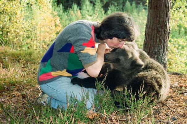 Γυναίκα από τη Λετονία μεγαλώνει αρκούδα μαζί με τα παιδιά της (24)