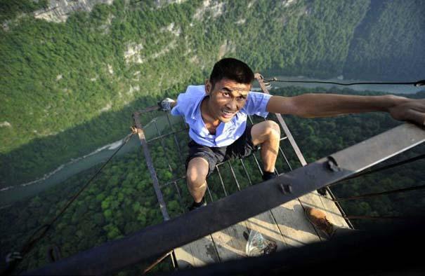 Ένα κλουβί πάνω από την άβυσσο συνδέει Κινέζικο χωριό με τον κόσμο (2)