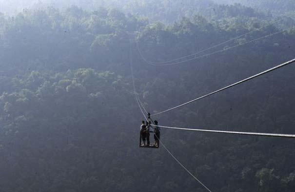 Ένα κλουβί πάνω από την άβυσσο συνδέει Κινέζικο χωριό με τον κόσμο (3)